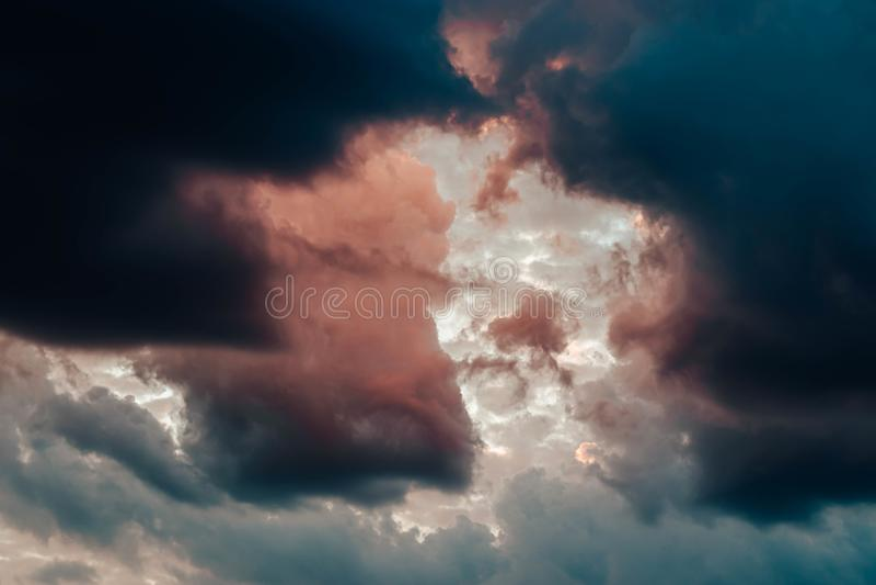 Härligt skott av hisnande moln i himlen som tillsammans blandar fotografering för bildbyråer