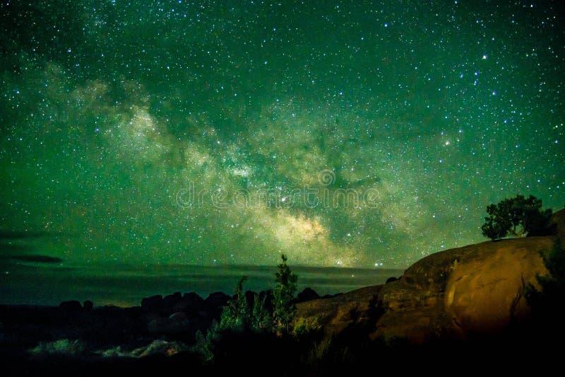 Härligt skott för mjölkaktig väg på bågenationalparken Utah USA Berömd turist- fläck astronomiplatsUtah låg för ljus förorening arkivfoto