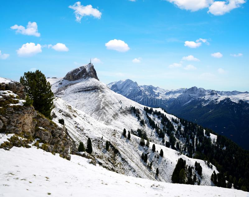 Härligt snöig vinterlandskap i Dolomites berg, Italien royaltyfria bilder
