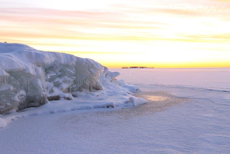 Härligt snölandskap med färgrik gry himmel royaltyfri fotografi