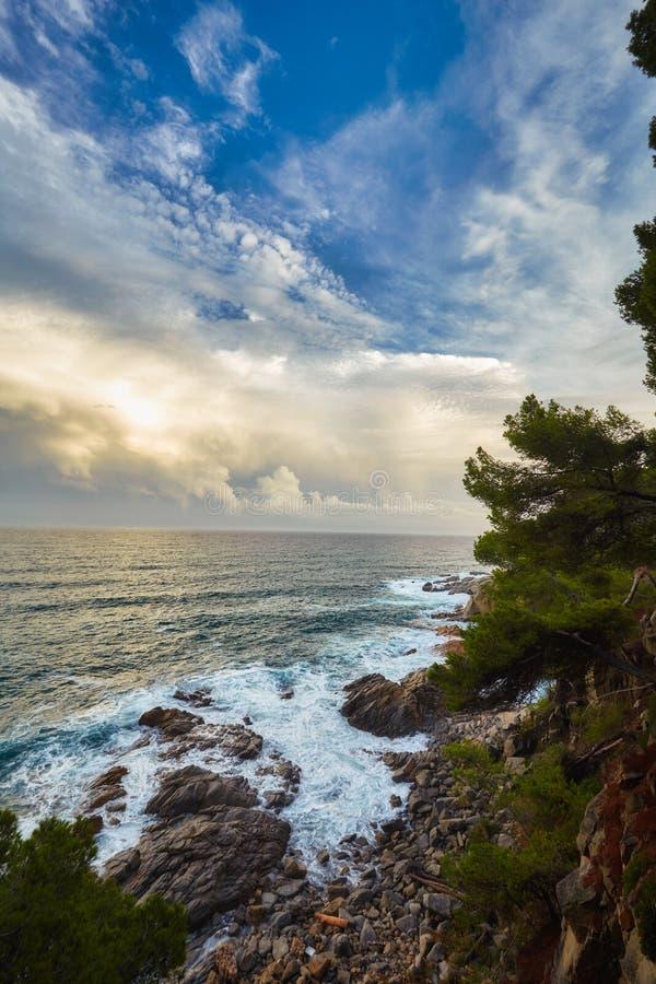 Härligt solnedgångljus i Costa Brava av Spanien, nära staden Palamos royaltyfria bilder