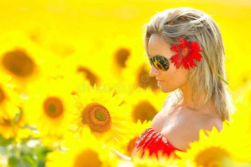 härligt solroskvinnabarn royaltyfria foton