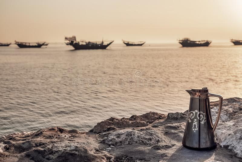 Härligt soluppgångfartyg i sjösida Dammam - Saudiarabien royaltyfria foton