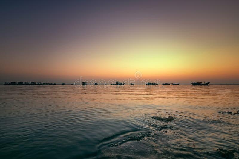 Härligt soluppgångfartyg i sjösida med gul och mörk himmel Dammam - Saudiarabien royaltyfri bild
