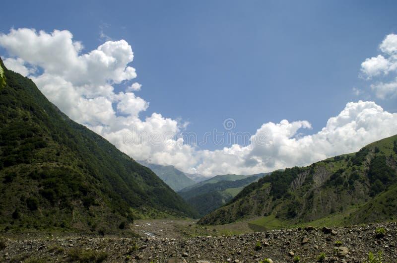 Härligt sommarlandskap i berg, gröna ängar och mörkret - blå himmel med moln Stora Kaukasus _ Gakh Ilisu royaltyfria foton