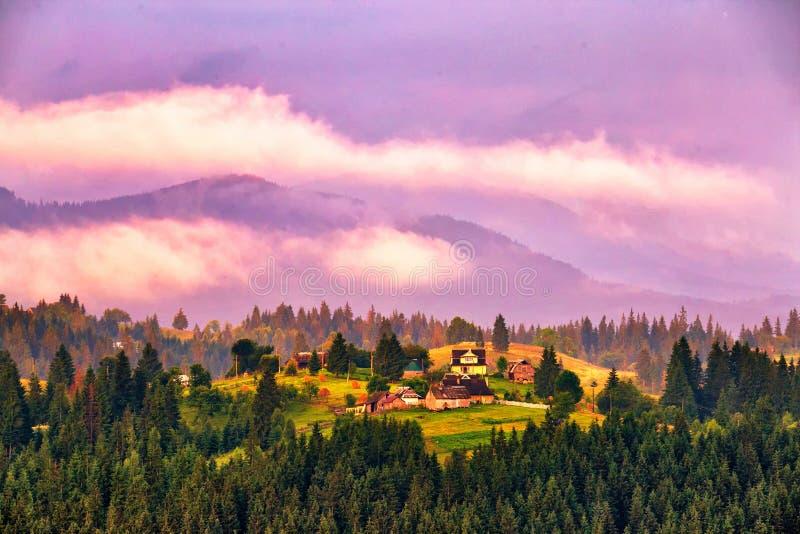 Härligt sommarlandskap i berg majestätisk solnedgång royaltyfri bild