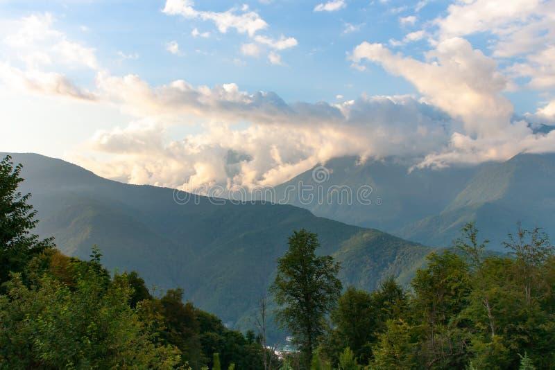 Härligt sommarlandskap i bergen med solen på gryning royaltyfri foto