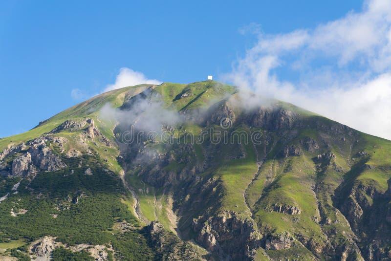 Härligt sommarlandskap med Monte Motto nära sjön Livigno, Italien arkivfoton