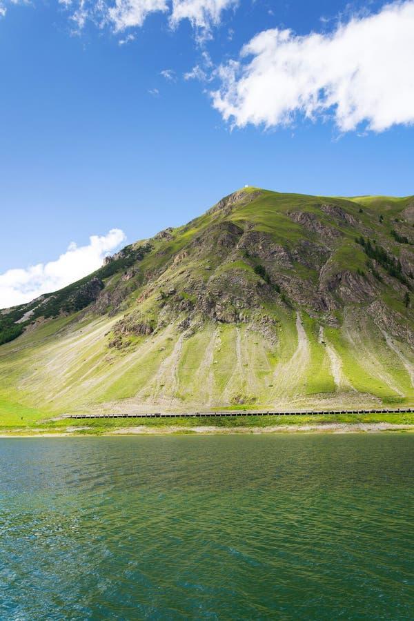 Härligt sommarlandskap med Monte Motto och sjön Livigno, Italien royaltyfria foton