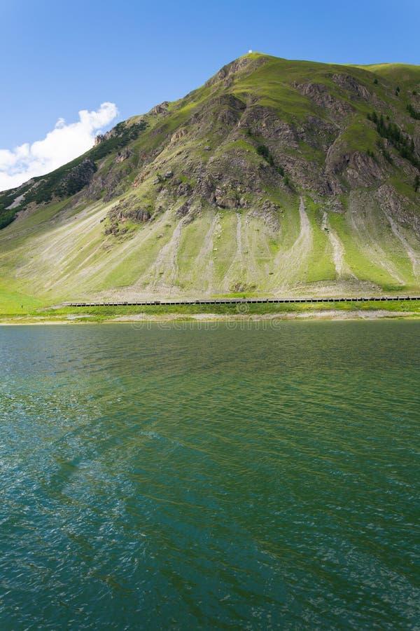 Härligt sommarlandskap med Monte Motto och sjön Livigno, Italien royaltyfri fotografi