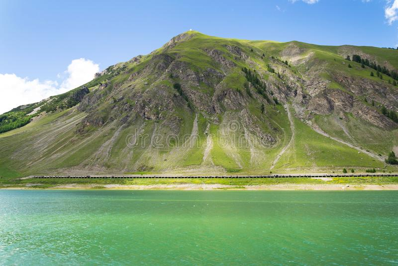 Härligt sommarlandskap med Monte Motto och sjön Livigno, Italien royaltyfria bilder