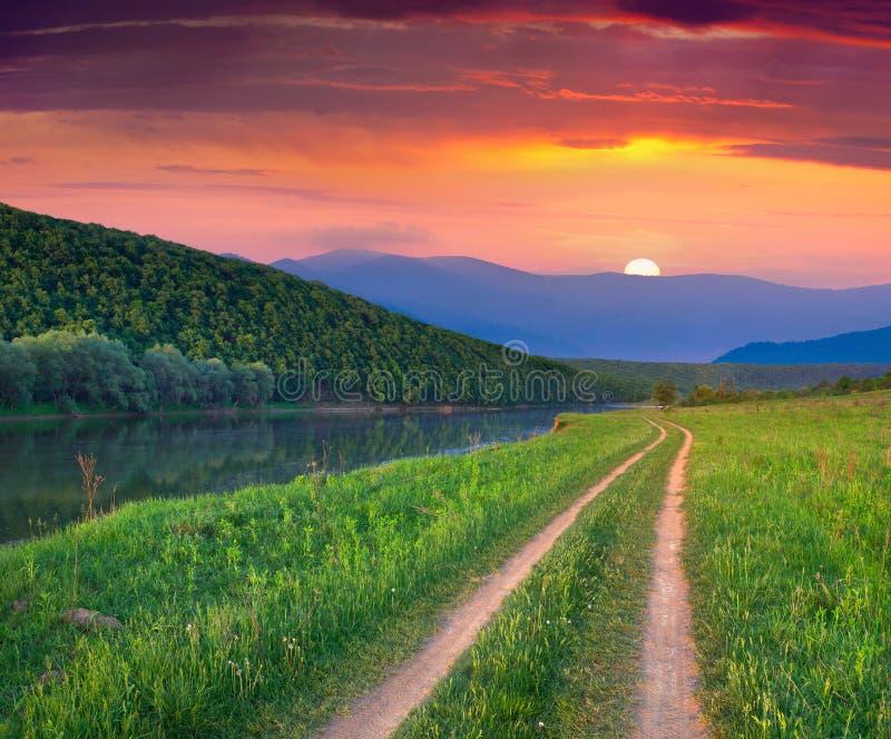 Härligt sommarlandskap på bergfloden. arkivbild