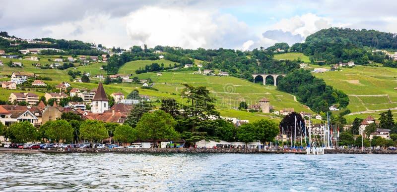 Härligt sommarlandskap terrasser av för den sjöGenève-, Lavaux vingården och fjällängar, Lutry by, Schweiz, Europa royaltyfria bilder