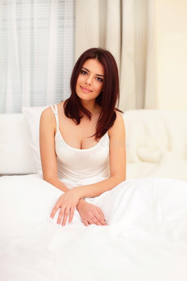 Härligt sova för ung kvinna royaltyfria foton