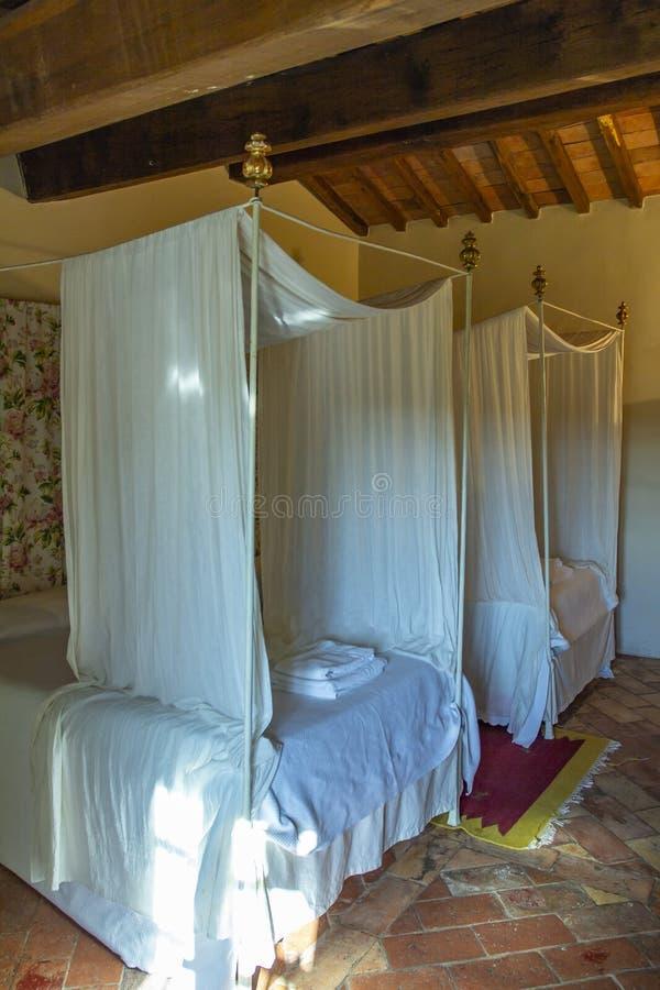 Härligt sovrum med träsäng för fyra affisch royaltyfri bild