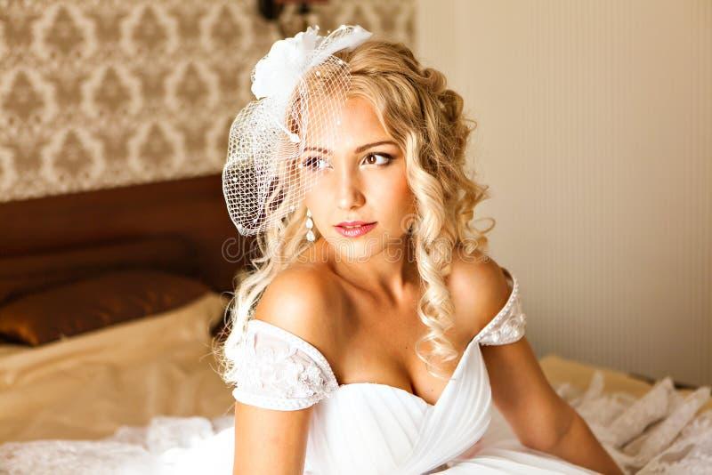 härligt ståendekvinnabarn hår gör upp stil Bröllopbrudsmink royaltyfria bilder