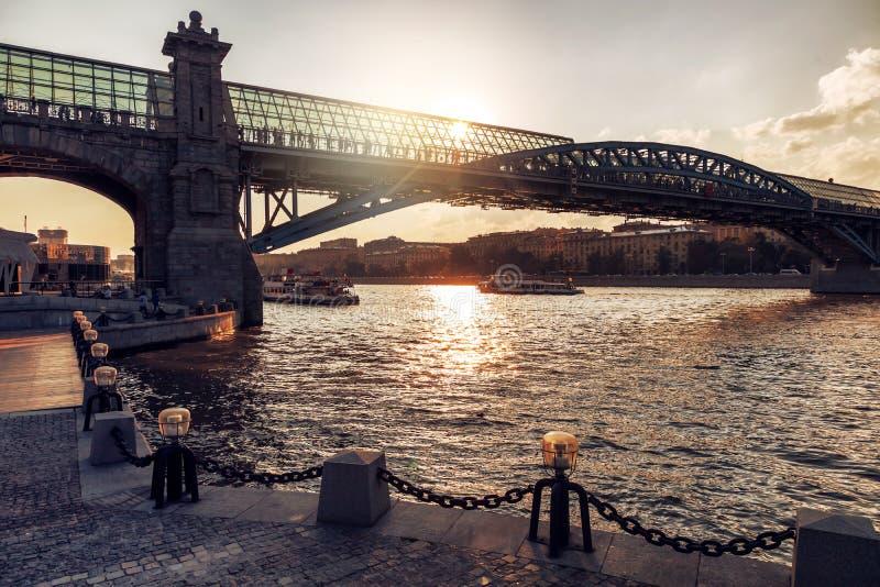 Härligt stadsaftonlandskap, Moskva och floden på solnedgången arkivbild