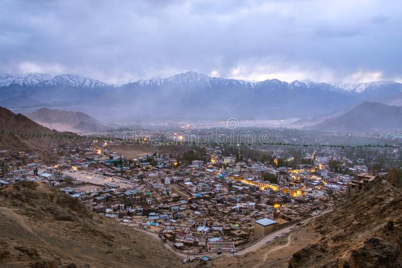 Härligt stadslandskap i nattetid av det Leh Ladakh området, Northerdel av Indien royaltyfri fotografi