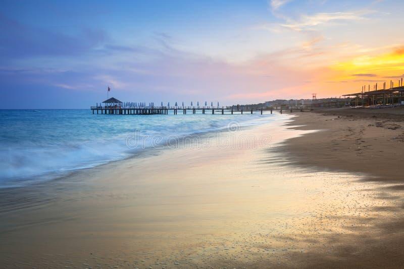Härligt strandlandskap på turk Riviera på solnedgången royaltyfri fotografi