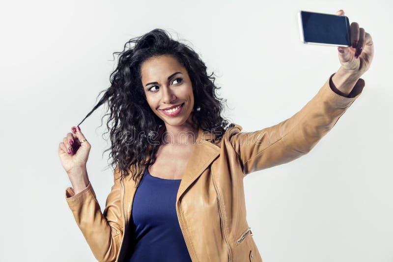 Härligt svart kvinnadanandesjälvporträtt med telefonen royaltyfri fotografi