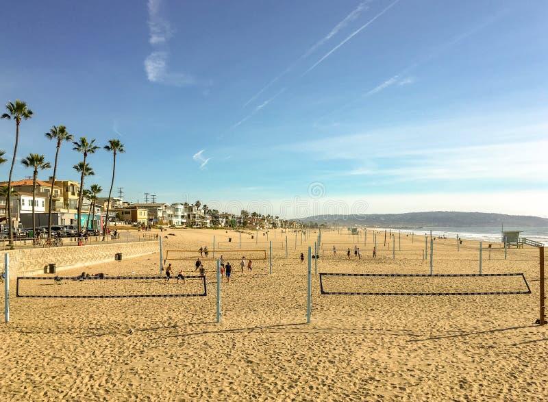 Härligt sydliga Kalifornien landskap med strandvolleyboll som går till horisonten under solig blå himmel arkivfoto