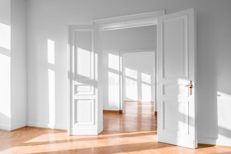 Härligt töm lägenheten, den ljusa lägenheten - fastighetinre royaltyfria foton