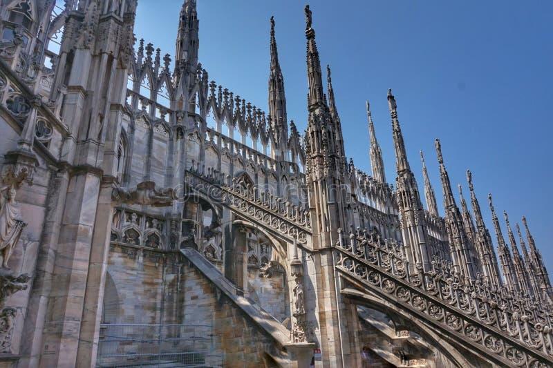 Härligt tak av Duomodomkyrkan i Milan arkivfoton