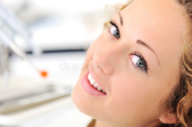 härligt tandläkarekvinnabarn royaltyfria foton