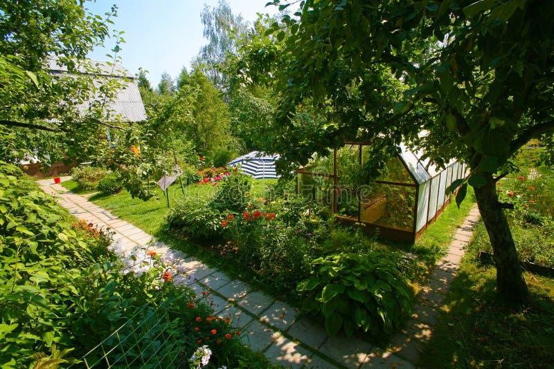 Härligt territorium av trädgården royaltyfri fotografi