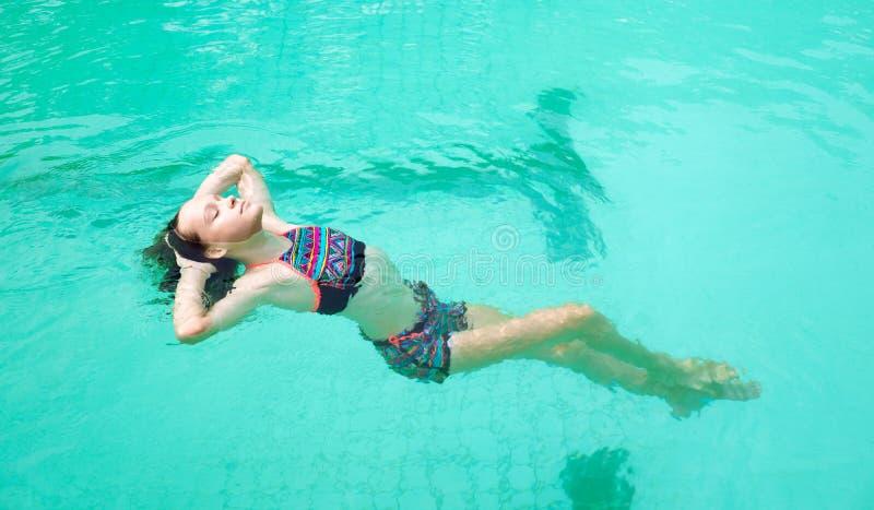 Härligt tonårigt tråkar ut kopplar av i simbassäng i Thailand Skönhet semester, sund livsstil royaltyfria bilder