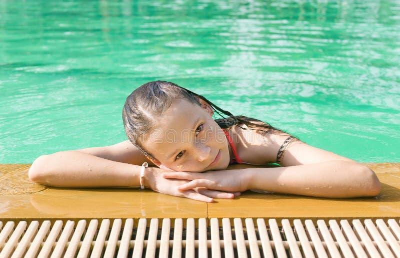 Härligt tonårigt tråkar ut kopplar av på poolsiden i Thailand Se in camera Headshot Skönhet semester, sund livsstil fotografering för bildbyråer