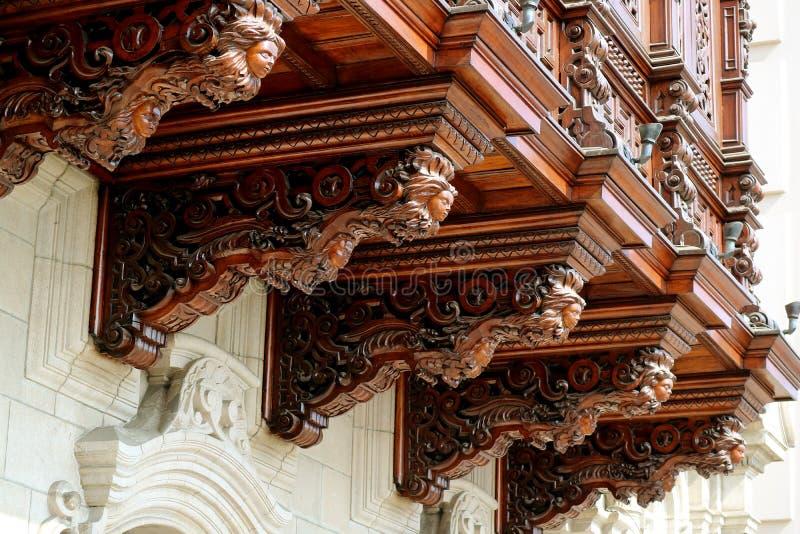 Härligt trä sned den dekorativa balkongen av ärkebiskopens slott av Lima, Plazaborgmästaren, Lima, Peru fotografering för bildbyråer