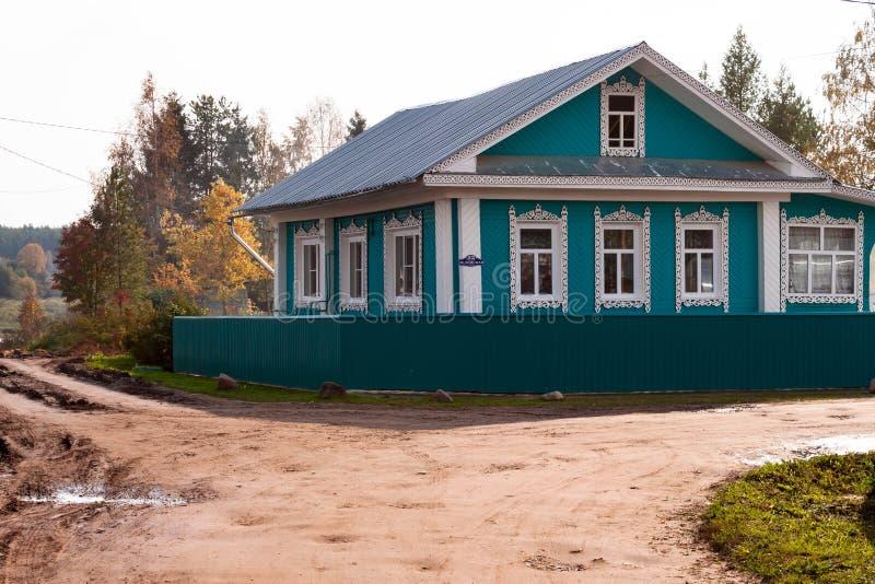 Härligt trähus av nordlig arkitektur i Totma, Vologda region, Ryssland arkivfoton