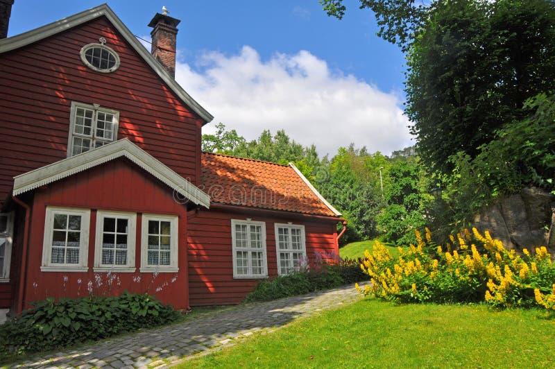 Härligt traditionellt träscandinavian hus i Bergens museum, Norge royaltyfria bilder