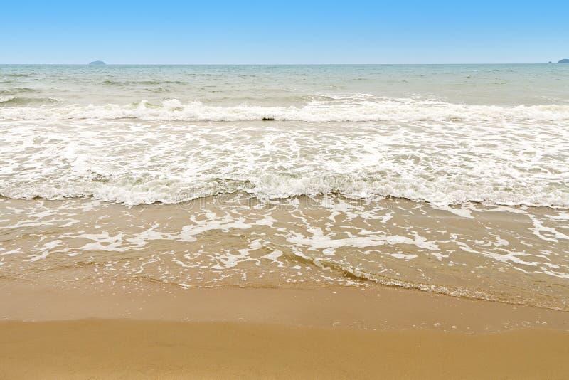 Härligt tropiskt hav med stranden och blå himmel arkivfoton