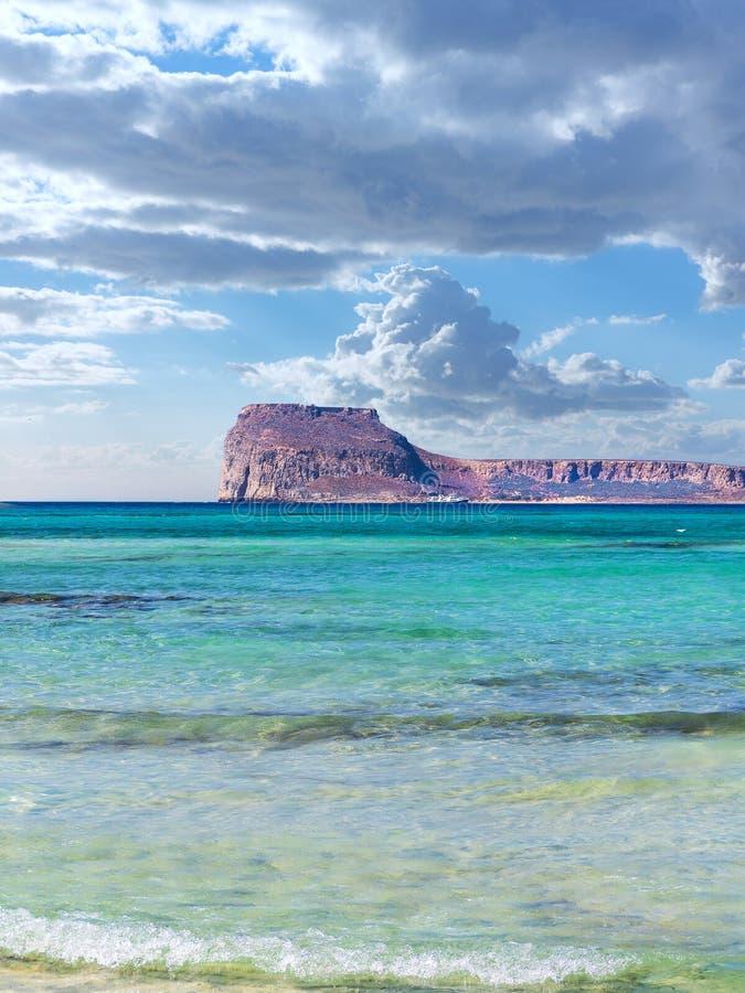 Härligt tropiskt klart blått havsvatten av den Balos stranden - Gramvousa ö royaltyfria bilder