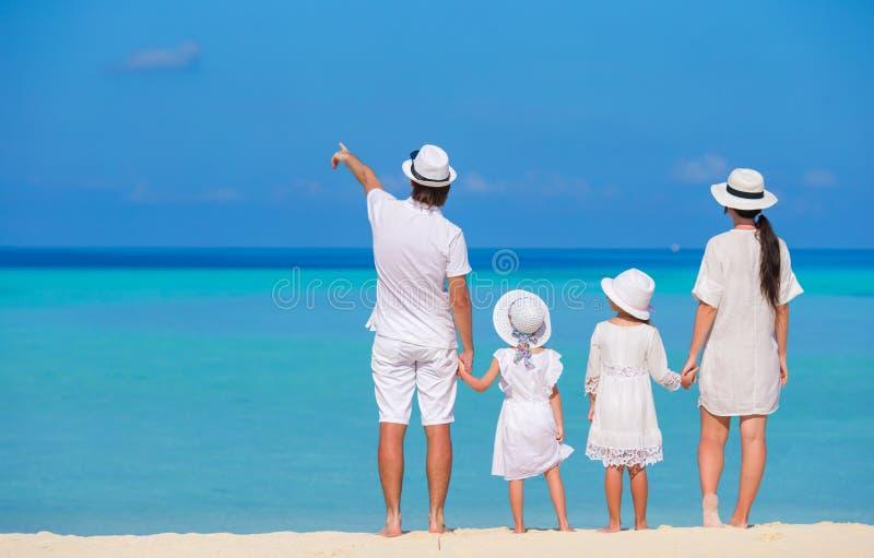 Härligt tropiskt strandlandskap med familjen in royaltyfri fotografi