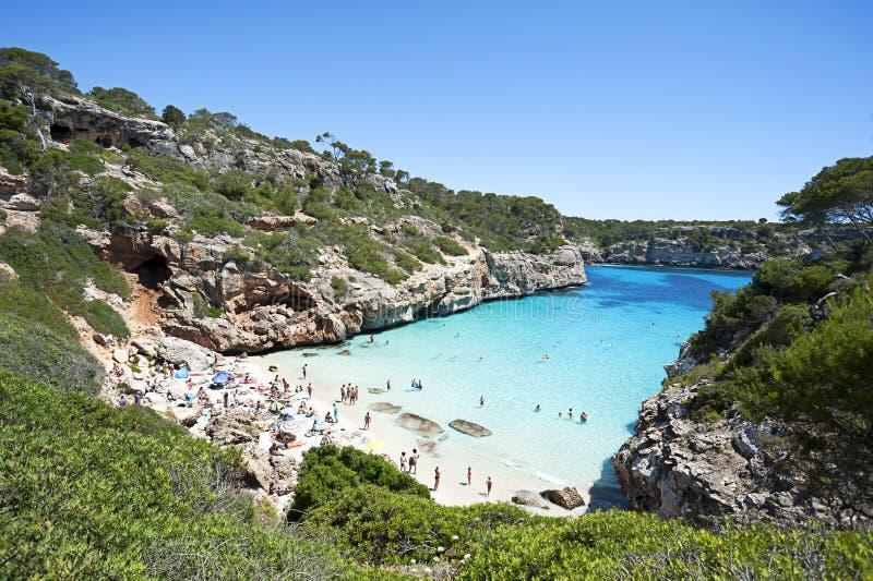 Härligt turkosfrikändvatten på den Majorca stranden, Calo des Moro, royaltyfri fotografi