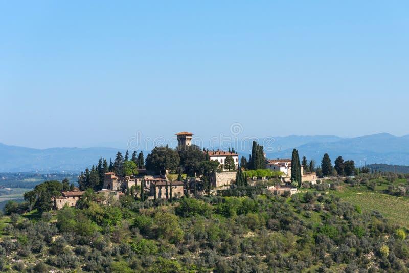 Härligt tuscan landskap av en liten lantlig stad på kullen, Chianti, Italien arkivfoton