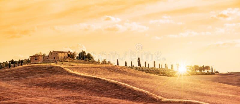 Härligt typisk panoramalandskap av Tuscany på solnedgången, Italien royaltyfri bild