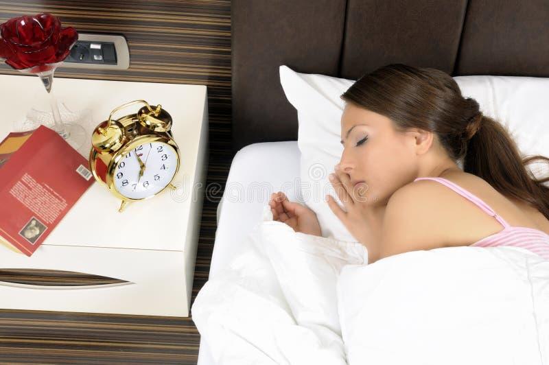 härligt underlag som sovar peacefully kvinnabarn arkivfoto