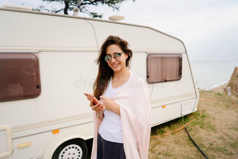 Härligt ung flicka som poserar på en lös strandsjöman på skåpbilen royaltyfri fotografi