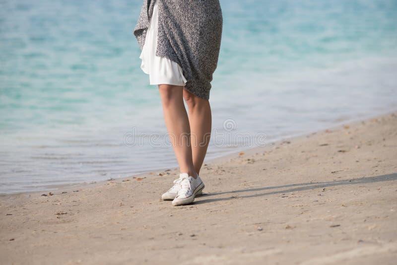 Härligt ung flickaanseende vid sjön arkivbilder