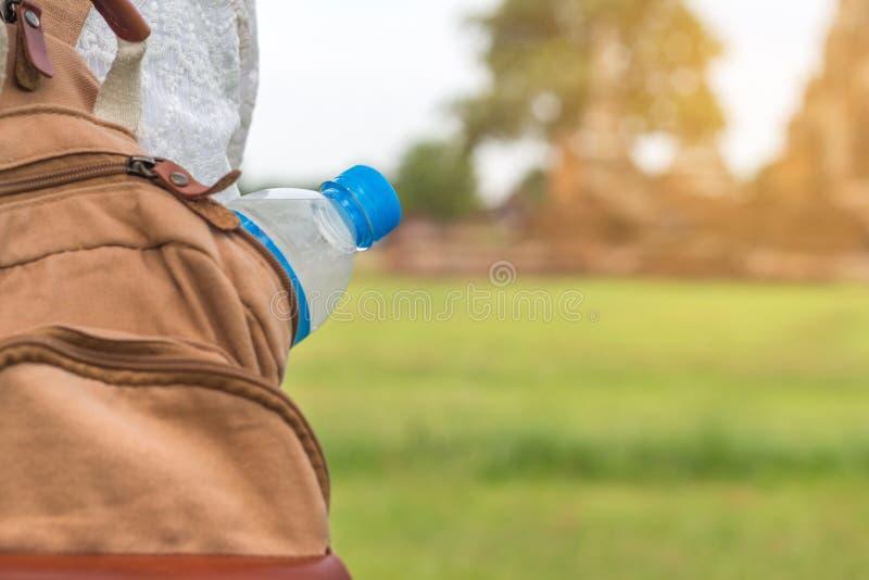 Härligt ungt asiatiskt kvinnadricksvatten, når det har vilat, går in royaltyfri fotografi