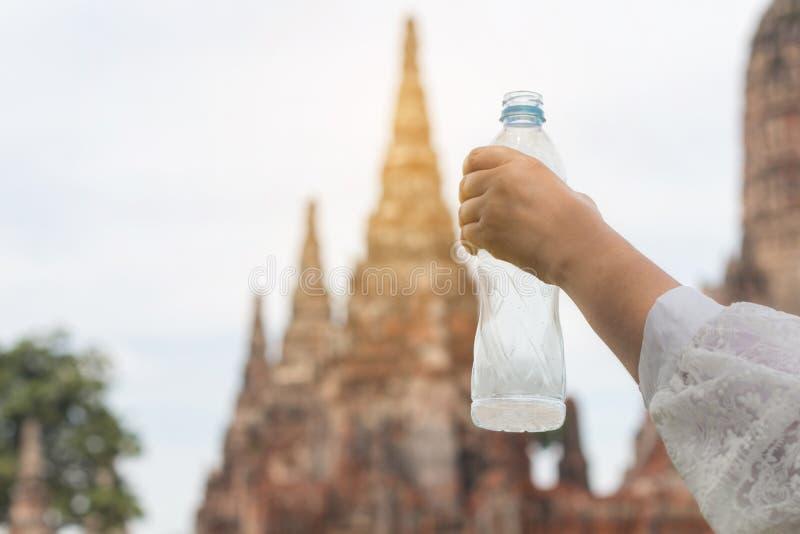 Härligt ungt asiatiskt kvinnadricksvatten, når det har vilat, går in arkivbilder