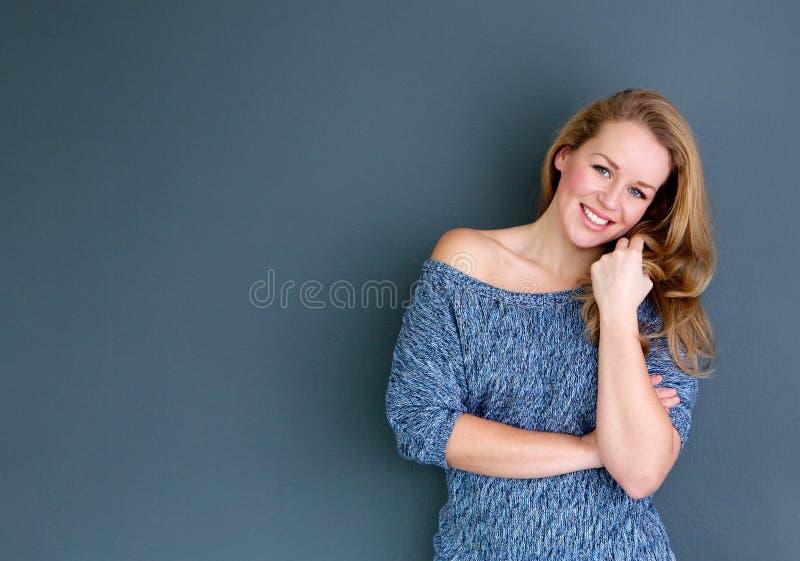 Härligt ungt blont le för kvinna arkivfoton