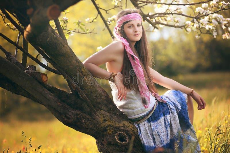Härligt ungt posera för hippiekvinna royaltyfria foton