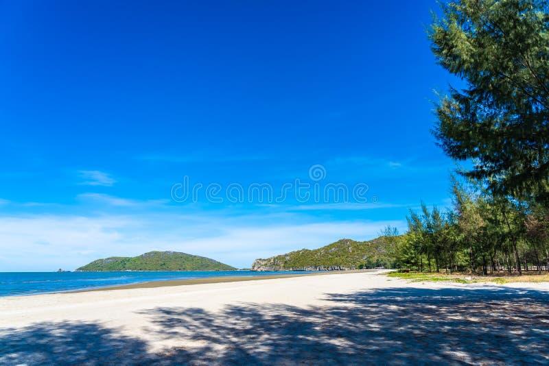 Härligt utomhus- naturlandskap med det tropiska det strandhavet och havet i Pranburi arkivfoto