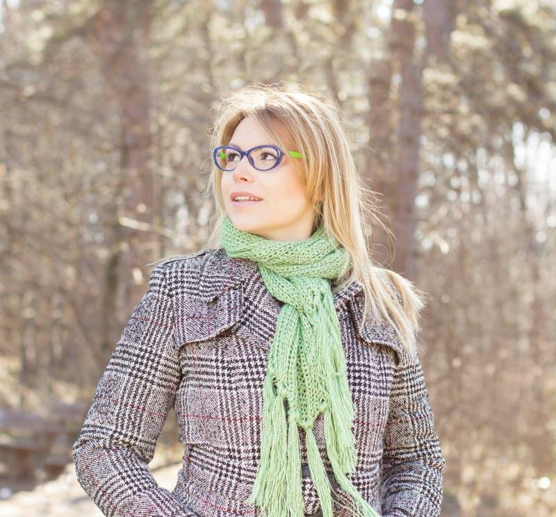 härligt utomhus- ståendekvinnabarn royaltyfri fotografi