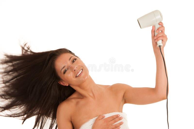 Härligt uttorkninghår för ung kvinna med hårtorken som över isoleras royaltyfri foto